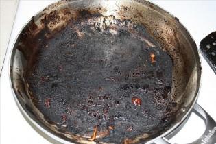 Ako vyčistiť pripálenú panvicu? Keramika či teflón, rýchlo a jednoducho!